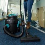 vtve-compact-tub-vacuum-in-use-5ab24607e3ed0